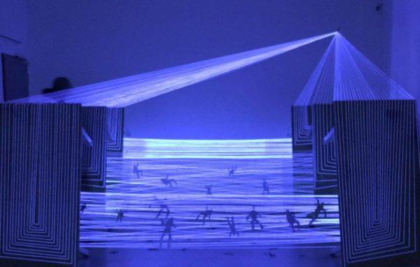Réveille-toi, tu es au paradis ! <br> Installation fil et lumière noire <br> Hildesheim, Allemagne 2017